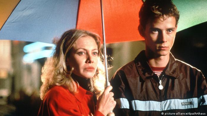 Filmszene aus Alles über meine Mutter mit Mutter und Sohn unter Regenschirm (picture-alliance/dpa/Arthaus)
