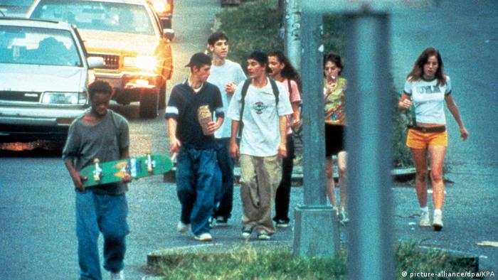 Film still from Kids shows teenage boys and girls walking on New York city streets (picture-alliance/dpa/KPA)