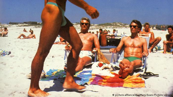 Filmszene aus Longtime companion mit Männern in Badehose am sommerlichen Strand (picture-alliance/dpa/Mary Evans Picture Library)
