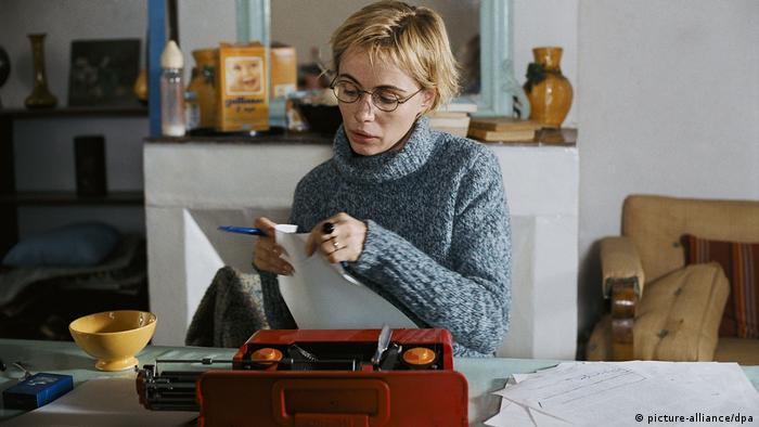 Emmanuelle Béart in a film still from 'The Witnesses' (picture-alliance/dpa)