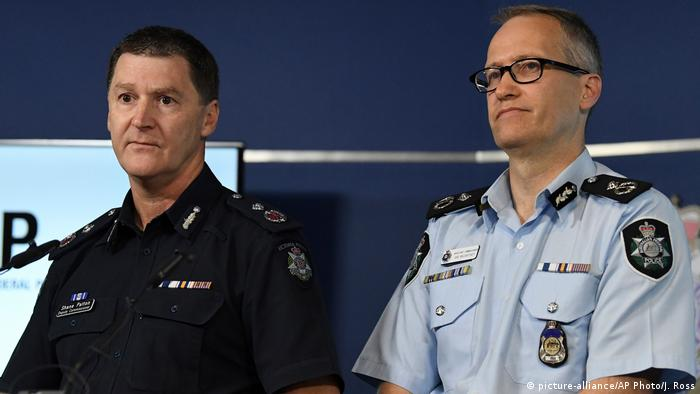 Australian Federal Police, Acting Deputy Commissioner Ian McCartney, right, and Victoria State Police Deputy Commissioner Shane Patton address the media at the Victorian Police Centre in Melbourne (picture-alliance/AP Photo/J. Ross)