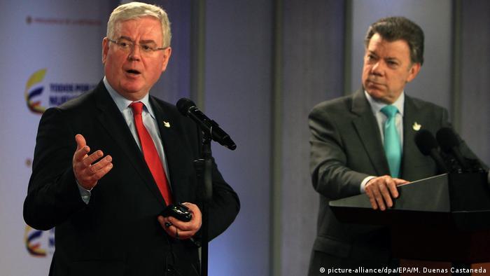 Eamon Gilmore, enviado de UE para la paz y el presidente de Colombia, Juan Manuel Santos en Bogotá.