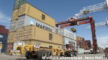 20.10.2010 ARCHIV - Container stehen im Hafen von Buenos Aires (Archivbild vom 20.10.2010). Wachsende Restriktionen stören Argentiniens Außenhandel. Die EU hat bereits vor der WTO eine Klage eingereicht, Brasilien hat Gegenmaßnahmen getroffen. Eine Krise wie die, die vor zehn Jahren zum Staatsbankrott führte, ist jedoch bisher nicht voraussehbar. Photo: Andres Perez Moreno/dpa (zu dpa-Korr.-Bericht Argentinien in der Zwickmühle: Importbremsen gegen Devisenabfluss am 28.05.2012) +++(c) dpa - Bildfunk+++ | Verwendung weltweit
