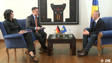 Der Premierminister von Kosovo Ramush Haradinaj im DW-Gespräch mit Redakteuren Bahri Cani und Zorica Ilic. Aufgenommen in Pristina. Copyright: DW