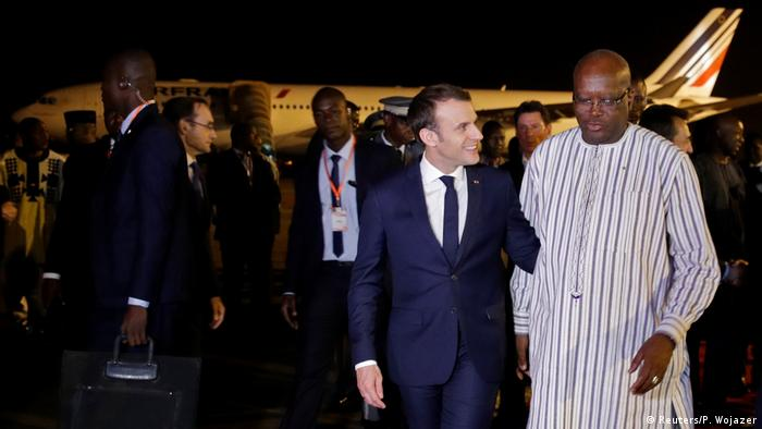 Emmanuel Macron (esq.) com Roch Marc Chiristian Kabore, em Ouagadougou