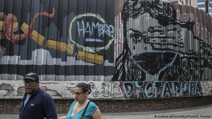 Eine Wand in Caracas mit Graffitis, unter anderem mit den Schriftzügen Hunger und Dictadura (picture-alliance/NurPhoto/A. Fuente)