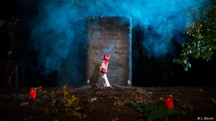 Symbolbild Haunted Landlord: Eine Hand mit einem Telefonhörer reckt sich aus einem Grab heraus (Foto: L. Bösch )