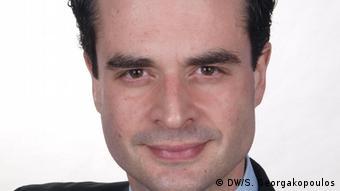 Ο σύμβουλος επιχειρήσεων σε ζητήματα εξαγωγών Τρύφων Κολιτσόπουλος εκτιμά ότι το νοθευμένο λάδι διοχετεύθηκε πιθανότητα μόνο σε ορισμένα καταστήματα «από ανεπίσημα δίκτυα διακίνησης».