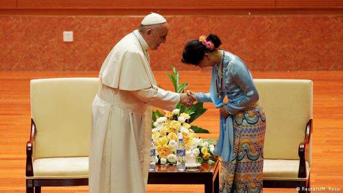 Pope Francis and Aung San Suu Kyi in Naypyitaw (Reuters/M. Rossi)
