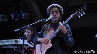 Hamburg: Die nigerianische Sängerin Nneka auf der Bühne (DW/A. Steffes)