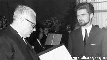 Dr. Alfred Neff (l) verliest die Verleihungsurkunde des Hermann-Hesse-Preises. Der mit 10 000 Mark dotierte Preis wurde am 2. Juli 1965 in Karlsruhe an den Schriftsteller Hubert Fichte (r) für sein Manuskript Das Waisenhaus verliehen. Stifter des Hermann-Hesse-Preises ist die Förderungsgemeinschaft der deutschen Kunst in Karlsruhe gestiftet.   Verwendung weltweit