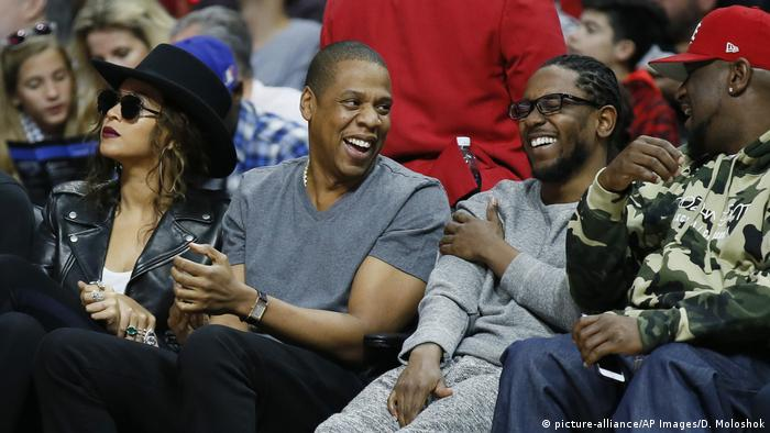 USA Los Angeles - Beyonce, Jay Z, Kendrick Lamar, Anthony Top Dawg Tiffith bei Basketballspiel (picture-alliance/AP Images/D. Moloshok)