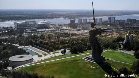 Το άγαλμα της μητέρας πατρίδας δεσπόζει πάνω από το Βόλγκογραντ, το πάλαι ποτέ Στάλινγκραντ, πόλη η οποία συνδέεται άμεσα με τον Β΄ Παγκόσμιο Πόλεμο. Το άγαλμα υπενθυμίζει την νίκη του Κόκκινου Στρατού επί της ναζιστικής Γερμανίας. Το νέο στάδιο διαθέτει πάνω από 45.000 θέσεις.