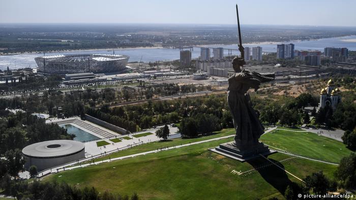 Във Волгоград, носил в миналото името Сталинград, се намира известната статуя Родината майка. Тя напомня за победата на Червената армия във Великата отечествена война, както в Русия наричат Втората световна война. Стадионът на брега на река Волга побира малко над 45 000 зрители.