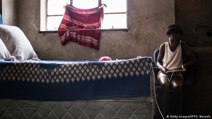 Südafrika Mädchen mit Tablet-PC in Johannesburg