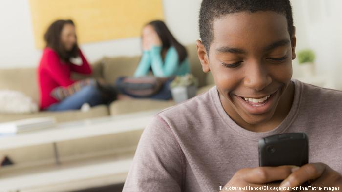 Afrikanischer Teenager mit Smartphone