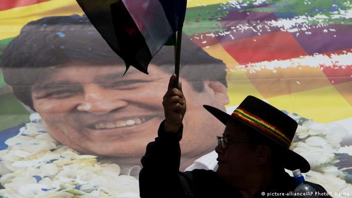 Afiche con la imagen de Evo Morales en La Paz.