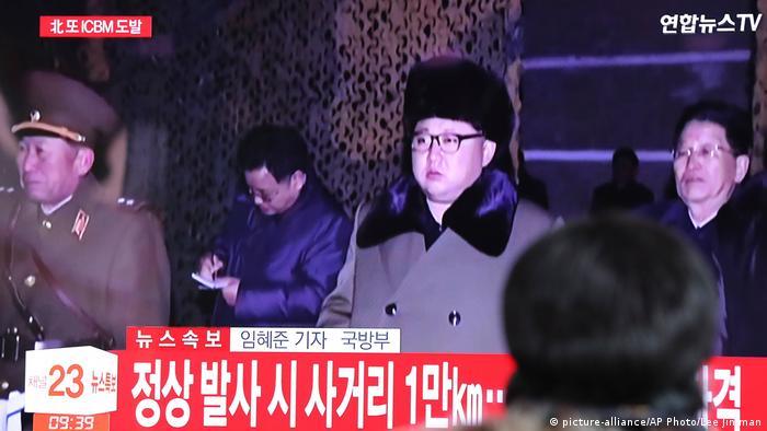 Südkorea Fernsehübertragung von Raketentest in Seoul (picture-alliance/AP Photo/Lee Jin-man)