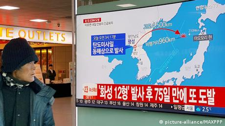 A person in Seoul looks at a TV report about the missile launch (picture-alliance/MAXPPP)