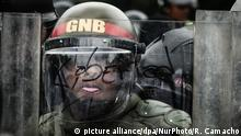 Venezuela National Guard police officer in Caracas during riots (picture alliance/dpa/NurPhoto/R. Camacho)