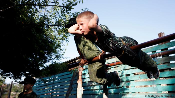 Тежките тренировки бързо превръщат малчуганите в мускулести младежи. Малките кадети тренират бокс и азиатски бойни изкуства, а кондицията си подобряват в рамките на специални тренировъчни лагери. Снимката е от такъв тренировъчен лагер, който се провежда на терена на военно-патриотичния клуб Руски рицари.