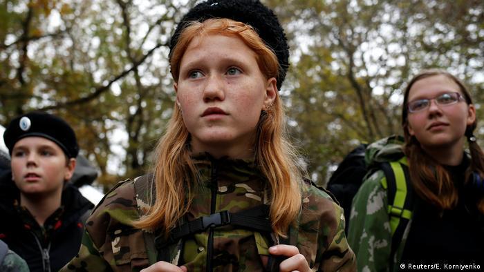 В кадетското училище Ермолов могат да се обучават и момичета. Те също участват в редовните военни учения, в рамките на които научават какво се изисква от тях в случай на война. Копаенето на окопи и обучението по оцеляване в някоя затънтена гора са само два от предметите в учебния план. В училище ли започва истинският живот? В това военно училище - да!