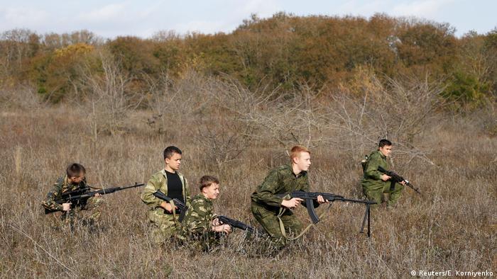 Orangtua Rusia yang ingin anaknya mudah meniti karir akan mengirim mereka ke salah satu dari lebih 200 sekolah militer untuk remaja.