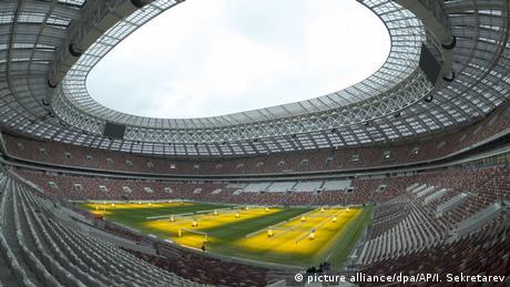 Εδώ θέλουν να φτάσουν όλοι στις 15 Ιουλίου όταν θα διεξαχθεί ο τελικός του Παγκόσμιου Κυπέλλου Ποδοσφαίρου. Το στάδιο του 1956 που χρησιμοποιήθηκε το 1980 σαν ολυμπιακό στάδιο εκσυγχρονίστηκε και πάλι για το ποδοασφαιρικό γεγονός της χρονιάς. Διαθέτει 81.000 θέσεις και εδώ θα σφυριχθεί η έναρξη στις 14 Ιουνίου.