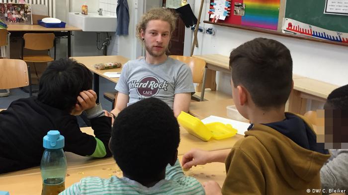 Teacher Erik Schäfer with school kids in a classroom