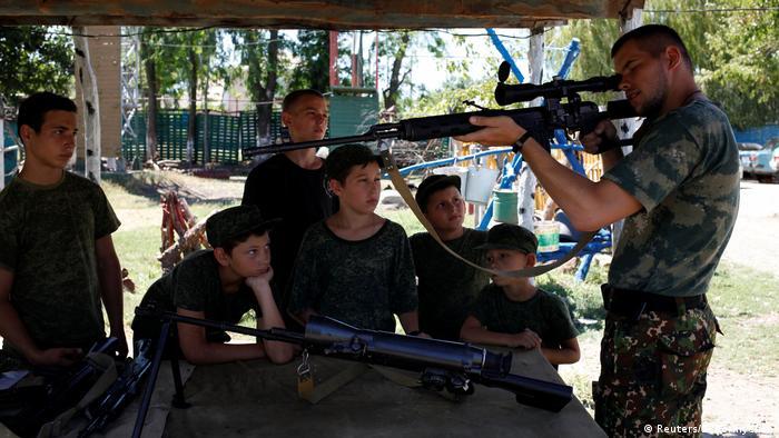 Боравенето с оръжие заема централно място в учебния план. Малките кадети прекарват с оръжие в ръка и голяма част от свободното си време. Докато връстниците им се отдават на безгрижни детски игри, членовете на паравоенните клубове Патриоти и Руски рицари обменят опит в боравенето с оръжие.