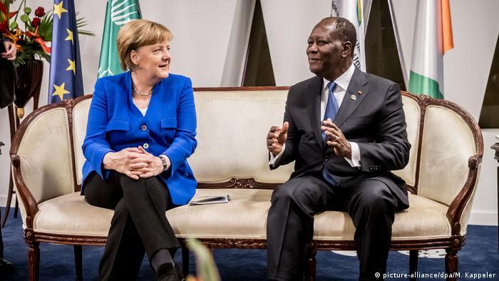 Le président Alassane Ouattara avec la chancelière Angela Merkel lors du sommet UE-Afrique