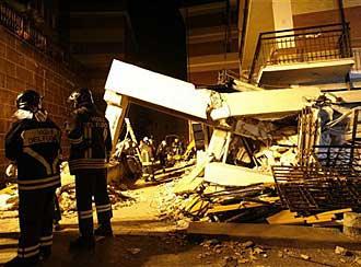 Feuerwehrleute bergen ein Opfer aus den Trümmern (Foto: AP)