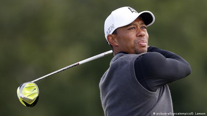 Golfprofi Tiger Woods im Porträt mit dem Schläger in den Händen (Foto: picture-alliance/empics/D. Lawson)