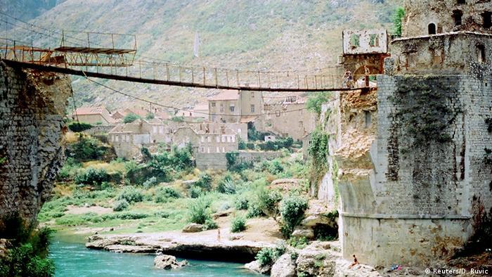Bosnia y Herzegovina: destrucción del puente de Mostar.