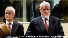 29.11.2017****Die Angeklagten Bruno Stojic und Slobodan Praljak (r) kommen am 29.11.2017 in den Gerichtsaal des UN-Kriegsverbrechertribunal zum früheren Jugoslawien, in Den Haag. Nach einem dramatischen Zwischenfall ist die Urteilsverkündung des UN-Kriegsverbrechertribunals in Den Haag gegen sechs bosnische Kroaten unterbrochen worden. Der Angeklagte, Slobodan Praljak, protestierte nach seiner Verurteilung heftig und schluckte dann eine Flüssigkeit. Ihr Mandant habe «Gift genommen», sagte seine Verteidigerin dem Gericht. Foto: Robin Van Lonkhuijsen/ANP POOL/dpa +++(c) dpa - Bildfunk+++ |
