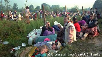 Em 14 de julho de 1995, refugiados de Srebrenica em uma base da ONU perto da cidade de Tuzla, controlada por tropas bósnias