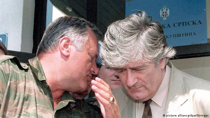 Bosnian Serb leader Radovan Karadzic (R) listening to Bosnian Serb Commander Ratko Mladic during a meeting in Pale, Bosnia & Herzegovina in 1993 (picture alliance/dpa/Stringer)