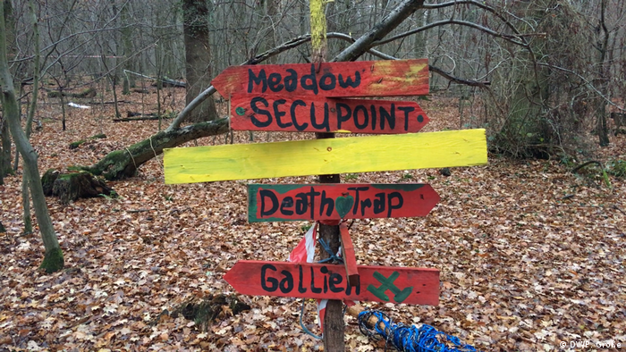 A makeshift sign in Hambach Forest (DW/P. Große)