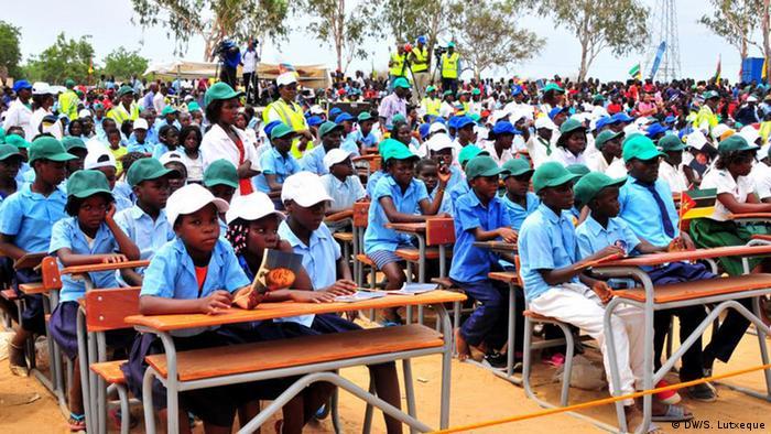 Crianças de Nampula nas carteiras feitas a partir de madeira ilegal