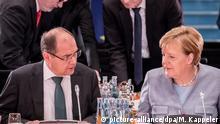 Bundeskanzlerin Angela Merkel (CDU) spricht mit Christian Schmidt (CSU), Bundesminister für Ernährung und Landwirtschaft und kommissarischer Minister für Verkehr und digitale Infrastruktur, am 28.11.2017 in Berlin zur Eröffnung des 2. Dieselgipfels im Kanzleramt. Bei dem Spitzentreffen wollen Merkel und Kommunen die Weichen für die schnelle Umsetzung eines Milliarden-Programms für bessere Luft in den Städten stellen. Damit sollen drohende Diesel-Fahrverbote in Städten verhindert werden. Foto: Michael Kappeler/dpa +++(c) dpa - Bildfunk+++ | Verwendung weltweit