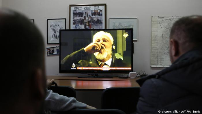 People watch Praljak drink poison on TV (picture-alliance/AP/A. Emric)