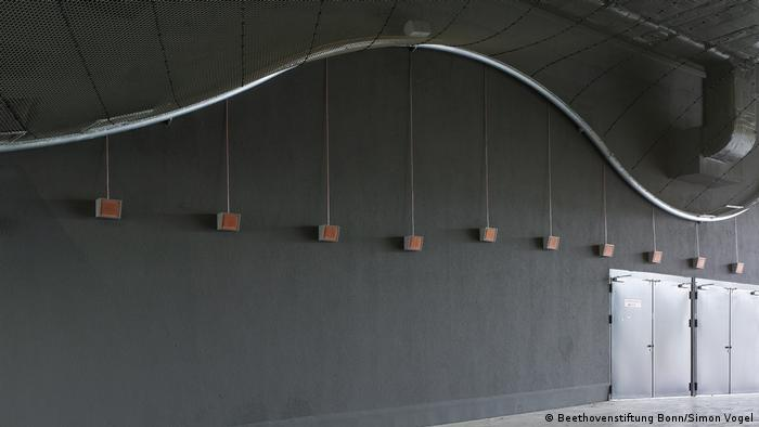 Speakers suspended from a metal wave-shaped tube Beethovenstiftung Bonn/Simon Vogel)