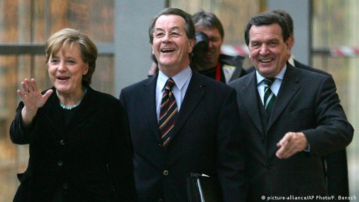 مرکل پس از امضای قرارداد تشکیل دولت ائتلافی به رهبران سوسیال دموکرات، گرهارد شرودر و فرانتس مونتهفرینگ در سال ۲۰۰۵