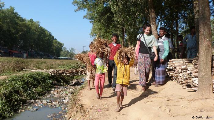Myanmar Rohingya kids collect woods