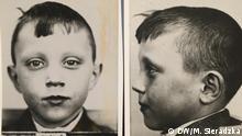 Fotos von Janusz Bukorzycki, der 1943 als Kind von den Nazis aus dem besetzten Polen zur Zwangsgermanisierung entfuehrt wurde: - als Kind Nr 411 im Gaukinderheim in Kalisch, 1943 - zu Hause in Łódź mit seinem Kindheitsfoto vom Gaukinderheim in Kalisch, 2017 - im Gespräch mit DW-Reporterin Monika Sieradzka, 2017