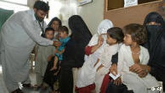 Arzt in Krankenhaus mit Patienten, Karachi, Pakistan