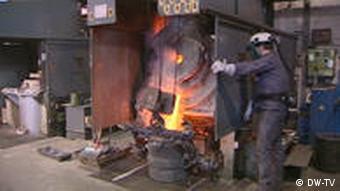 Ein Mann steht neben einem Industrieofen (Foto: DW)
