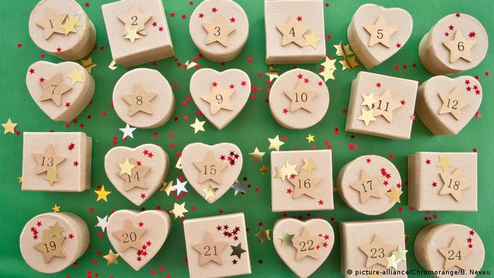 ۲۴ روز مانده به زادروز مسیح که ایام ادونت نامیده میشود، بیشتر بچهها و البته خیلی از بزرگترها، تقویمی هدیه میگیرند یا خودشان برای خودشان میخرند یا درست میکنند به نام تقویم ادونت. این تقویم ۲۴ در کوچک دارد که از ۱ دسامبر تا ۲۴ دسامبر، روزی یکی از آنها را باز میکنند. پشت این درها یک هدیه کوچک یا بیشتر یک تکه شیرینی یا جملهای بر کاغذ نهفته است. بزرگترها هم از این شادی کودکانه سهم میبرند.