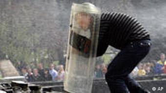 Ein Demonstrant versucht mit dem Schutzschild eines Polizisten, den Präsidentenpalast zu erklimmen (Foto: AP)