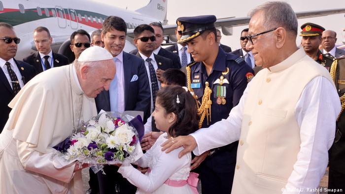 El Papa Francisco llegó hoy a Bangladesh, donde pasará tres días y donde la crisis de la huida de cientos de miles de musulmanes rohinyá desde Myanmar provoca controversia. El presidente bangladesí, Abdul Hamid, elogió al Papa por alzar su voz frente a la brutalidad contra los miembros de esa minoría musulmana. (30.11.2017).